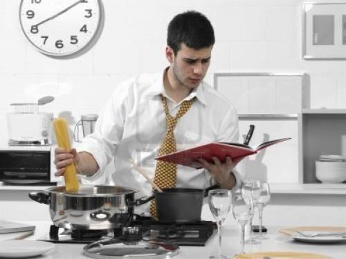 Мужчина на кухне фото